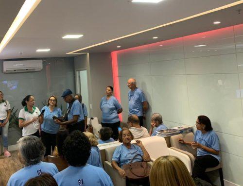 Paciente e equipe Oncolog comemoram fim de tratamento